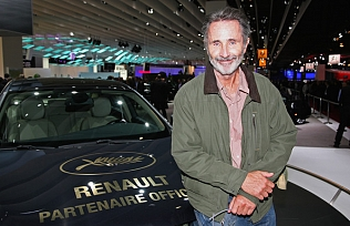 Renault-Prersents-Cannes-Film-Festival-Official-vulEtBdcpa0l.jpg